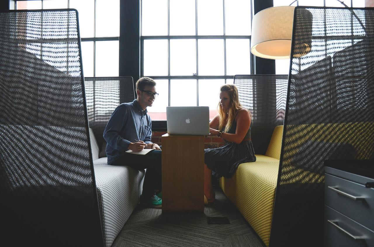 Junger Webdesigner und zufriedener Unternehmerkunde